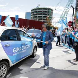 Idham flags off 30 Grab cars during the launch of Celcom's latest network excellence campaign.