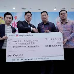 From left: Swan City head of event Low Hwang Hua and Swan City Head of Product Management Edwin Fuam presenting a mock cheque to Organising Chairman Datuk Wong Ying Sing. With them is president of Qi Ling Dragon and Lion Dance Association Datuk Seri Ly Kim Cheong. — Sunpix by Ashraf Shamsul
