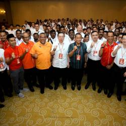 DAP secretary-general Lim Guan Eng (6th L), Negri Sembilan Mentri Besar Datuk Seri Aminuddin Harun (5th R) and state DAP chairman Anthony Loke (4th R), pose for a group photo at the Negri Sembilan DAP annual convention, in Seremban, on Sept 22, 2019. — Bernama