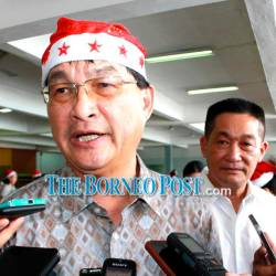 Baru speaks to journalists as Batu Lintang assemblyman See Chee How looks on.