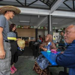 'Cangkul' candidate digs in further to woo crowds in Cameron Highlands
