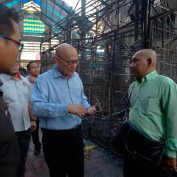 Kuala Lumpur Mayor Datuk Nor Hisham Ahmad Dahlan (C) visits the scene in front of Wisma Yakin, Masjid India which went aflame early this morning. - Bernama