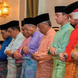The Yang di-Pertuan Agong Al-Sultan Abdullah Ri'ayatuddin Al-Mustafa Billah Shah (4th L) and Prime Minister Tun Dr Mahathir (5th R) at a congregation of almost 1,000 people at Istana Negara's Main Surau here in performing 'Solat Istisqa' (prayer for rain) to ease the worsening haze, on Sept 20, 2019. — Bernama