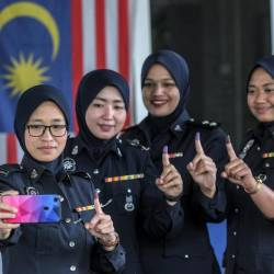 Police officers and staff members (from left) Corp Sazarina Ab Karim, Corp Haliza Muhammad, Insp Murni Abd Mutalif, Corp Ida Shuada Abdul Jalali pose for a picture showing their inked fingers after early voting for the Cameron Highlands by-election at the Brincang police station in Cameron Highlands on Jan 22, 2019. — Bernama