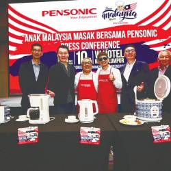 From left: Edaran Tan Chong Motor marketing communications deputy manager Phang Rick Kee, Nelson, DCH, 'Anak Malaysia Masak Bersama Pensonic' artiste Izzue Islam, Pensonic Group managing director Vincent Chew and Pensonic Group general manager CC Lee.