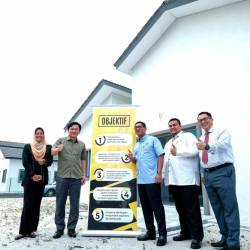 Perak Mentri Besar Datuk Seri Ahmad Faizal Azumu (3rd from R) participates in the handing over of key houses to 54 owners of the phase one 'Rumah Perakku' project and the launch of phase two in Taman Tualang Sekah. - Bernama
