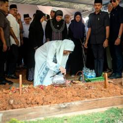 Deputy Prime Minister Datuk Seri Dr Wan Azizah Wan Ismail sprinkles roses at the grave of her father Dr Wan Ismail Wan Mahmood, 93, at the Ukay Perdana Muslim Cemetery in Ampang today. - Bernama
