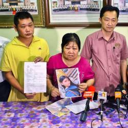 MP Cha Chee Kin (2nd from R) with the families of two missing girls at a press conference at the Seremban Jaya state assembly service centre on Aug 20, 2019. The girls were discovered on Aug 21, 2019. - Bernama