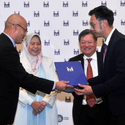 File photo taken on Sept 27 shows Housing and Local Government Minister Zuraida Kamaruddin (2L) with Perbadanan PR1MA Malaysia (PR1MA) Chairman Tan Sri Eddy Chen (2R) witnessing PR1MA Acting Chief Executive Officer Mohd Nazri Md Shariff (L) exchanging the renewed partnership agreement with Isaga Utara Sdn Bhd Representative Datuk Yee Yeong Heng (R) during PR1MA's Partnership Agreement Renewal Handover Ceremony. — Bernama