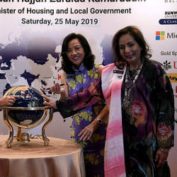 Housing and Local Government Minister Zuraida Kamaruddin (L) with Soropimist International Convention Kuala Lumpur chairman Puan Sri Siew Yong Gnanalingam (C) participate in the launch of the 'Soroptimist International 21st Global Conference Kuala Lumpur' at KLCC today. — Bernama