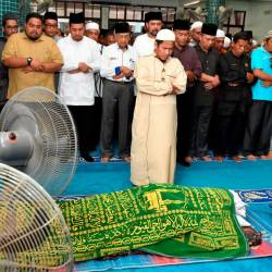Prime Minister Tun Dr Mahathir Mohamad performs the Asar and the funeral prayers at the Datuk Noh Gadut Mosque, Serkat, on Sept 21, 2019. — Bernama