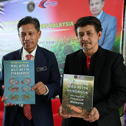 Fisheries Department director-general Datuk Munir Mohd Nawi (centre) during the launch of the Wild Betta Lovers Malaysia Carnival organised by Persatuan Pencinta Ikan Laga Liar Malaysia at the Malaysia Agro Exposition Park Serdang today. — Bernama