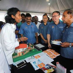 Human Resources Minister M. Kula Segaran (2nd from R) visits an exhibition booth at the 'Human Resource Ministry with the People' event in Rantau, Seremban on March 24, 2019. — Bernama