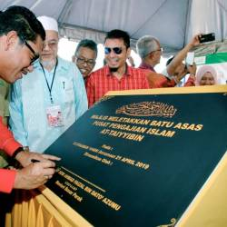 Perak Mentri Besar Datuk Seri Ahmad Faizal Azumu (L) signs the plaque during the occasion of the placement of the foundation stone for the At-Taiyyibin Islamic Studies Centre in Kampung Tersusun, Tanah Hitam, Chemor, on April 21, 2019. — Bernama