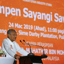 "Prime Minister Tun Dr Mahathir Mohamad presents his opening remarks at the launch of the ""Love our Palm Oil"" campaign in Ladang East, Sime Darby Plantations, Pulau Carey, Banting on March 24, 2019. — Bernama"