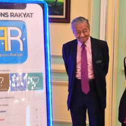 Prime Minister Tun Dr Mahathir Mohamad attends the launch of the Respons Rakyat smartphone app today. He is accompanied by Deputy Prime Minister Datuk Seri Dr Wan Azizah Wan Ismail. - Bernama
