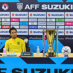 National head coach Tan Cheng Hoe (R) and Harimau Malaya captain Zaquan Adha Abdul Radzak (L) during a press conference in Hanoi on December 14, 2018 — AFP