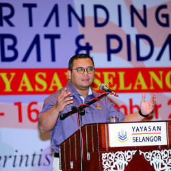 Selangor Mentri Besar Amirudin Shari speaking at the Yayasan Selangor Debating and Elocution Competition XI at Klang hotel today. — Bernama