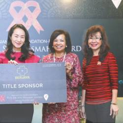 Tan (second left) handing the contribution to Marina (second right) during a ceremony yesterday. Also present was Bakhtiar (left) and gala advisor Florence Fang (right). – Sunpix by Asyraf Rasid