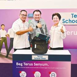 Tesco Malaysia product director, Kenneth Chuah (middle) launching the Beg Terus Senyum corporate social responsibility initiative alongside PINTAR Foundation board of trustees, Sabri Abdul Rahman and PINTAR Foundation CEO Karimah Tan Abdullah.