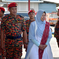 Minister Zuraida Kamaruddin (center), during a visit to the Sungai Merah Fire and Rescue Department station at Kuching today.