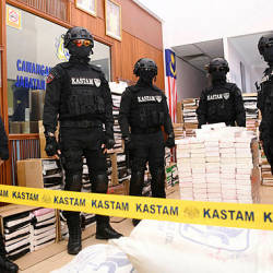 Armed personnel from the Royal Malaysian Customs Department guarding the ketamine and cocaine drugs worth RM676 million that were seized on Aug 18, at a press conference in the Royal Malaysian Customs Department Narcotics Divison in Jijan today.