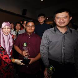 Deputy Prime Minister Datuk Seri Dr Wan Azizah Wan Ismail presents an award to a recipient of the Disabled Persons (OKU) at the 'MAB Excellence Achievement for the Blind and Visually Impaired' Award 2017/2018, on April 20, 2019. — Bernama