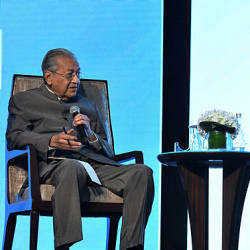 Tun Dr Mahathir Mohamad (L) during a question-and-answer session at the Invest Malaysia 2019 — Bernama