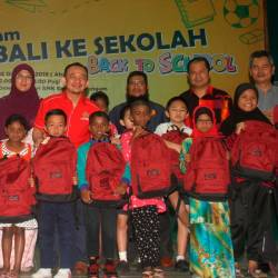 Education Minister Dr Maszlee Malik (back, right four) poses with some school bag recipients after launching the Back-to-school programme and the launch of Helogang public phone at Sekolah Menengah Kebangsaan Simpang Renggam today. - Bernama