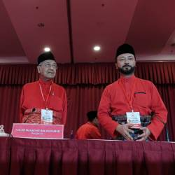 Prime Minister Tun Dr Mahathir Mohamad (C), who also serves as Bersatu chairman, with Home Minister Tan Sri Muhyiddin Yassin (L) and Bersatu deputy president Datuk Seri Mukhriz Mahathir, at a press conference after the conclusion of the EGM, at MAEPS, Serdang today. - Bernama