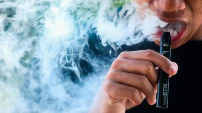 Smokers and vapers 'more likely' to get infected with Covid-19, says NY mayor 1