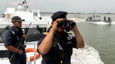 Kelantan MMEA Director Muhd ​​Nur Syam Asmawie Yaacob aboard a rescue boat patrolled Sungai Golok waters off the Malaysia-Thailand border to continue the search and rescue operation for two more casualties in the boat tragedy in the Bachok waters on Monday. - Bernama