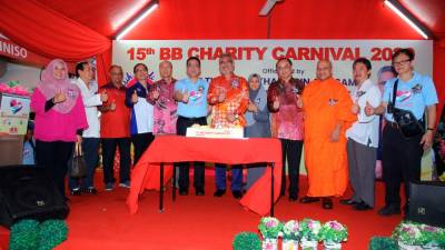 Sixth from left: KK Group Founder and Group Executive Chairman Datuk K.K. Chai and Federal Territories Minister Khalid Abdul Samad during the cake cutting ceremony with various key members from governmental bodies, NGOs and religious associations.