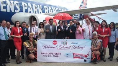 Abdul Karim (seventh from left), Liew, government officials and AirAsia cabin crew.