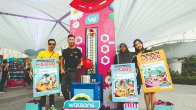 Hoh (second from left) with the winners (from left) Muhammad Rafi, Kasmawati and Xin.