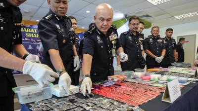 Selangor Deputy police chief DCP Datuk Ab Rashid Ab Wahab (center) presents the drugs seized during a press conference at the Shah Alam district police headquarters. — Sunpix by Amirul Syafiq Mohd Din