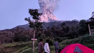 Indonesia shuts airport after Java volcano erupts 1