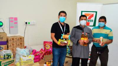 7-Eleven Malaysia Marketing General Manager Ronan Lee (left) handing over food supplies to representatives of Persatuan Orang-Orang Cacat Penglihatan Islam Malaysia (PERTIS).