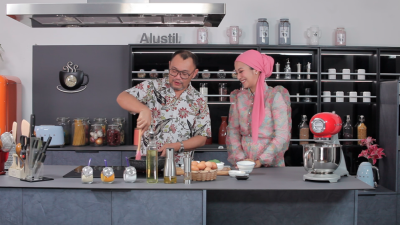 A scene from Halal Kitchen 2 with guest Mawar Rasid. – COURTESY OF ASTRO