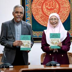 Deputy Prime Minister Dr Wan Azizah Wan Ismail (C) presents the book 'Hikayat Raja Pasai' at the launch of the book at the International Institute of Islamic Thought and Civilization (ISTAC) today. - Bernama
