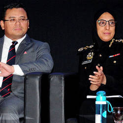 Selangor Mentri Besar Amirudin Shari (L) and MACC chief commissioner Latheefa Koya are present at the Selangor monthly assembly. - Bernama