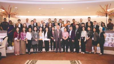 BERJAYA UC chief executive and vice-chancellor Emeritus Prof. Walter Wong (centre) with FRIENDS delegates from the 16 higher learning institutions.