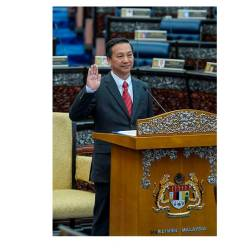 MCA's Datuk Seri Dr Wee Jeck Seng takes his oath as Tanjung Piai MP, on Nov 18, just two days after winning the by-election for the parliamentary constituency on Saturday. — Bernama