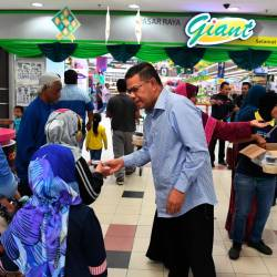 Domestic Trade and Consumer Affairs Minister Datuk Seri Saifuddin Nasution Ismail distributes bubur lambuk and dates to the public at the Bayan Baru Giant Supermarket, George Town on May 25, 2019. - Bernama