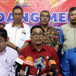 Johor Health, Culture and Heritage Committee chairman Mohd Khuzzan Abu Bakar (C) speaks at a press conference at the Monitoring Operations Room, Pasir Gudang Municipal Council Stadium today. - Bernama