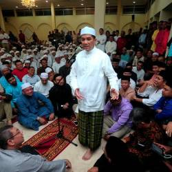 PKR deputy president Datuk Seri Mohamed Azmin Ali speaks after a prayer session for him at at the Selangor Mentri Besar official residence in Seksyen 7, Shah Alam on July 21, 2019. — Bernama