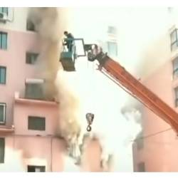 Screenshot of Lan junze using his crane to rescue people from a burning building.