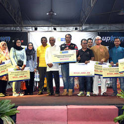 Selangor Tithes Board (LZS) chief coordinating officer Abdul Basith Hamid (7th from L) poses with a zakat donation for the 'Zakat' On Wheels programme organised by LZS at Uptown Section 24, Shah Alam, last night. — Bernama
