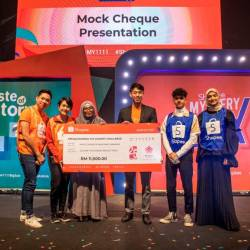 Shopee Malaysia marketing lead Lok Weng Lum (wearing jacket) presents a mock cheque for RM11,000 to Makna general manager Farahida Mohd Farid to launch the #ShopeeMakna 11.11 Charity Challenge. – ZULKIFLI ERSAL/THESUN