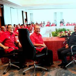 Prime Minister Tun Dr Mahathir (2nd R), who is also the chairman of Parti Bersatu Pribumi Malaysia (Bersatu) chairing an exclusive meeting with Bersatu Sabah today. — Bernama